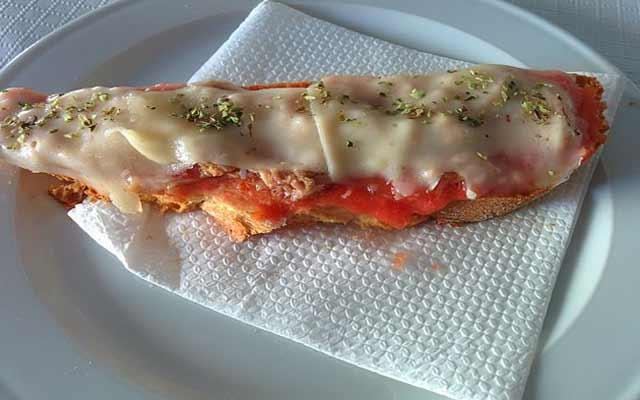 Tostada de atún y queso