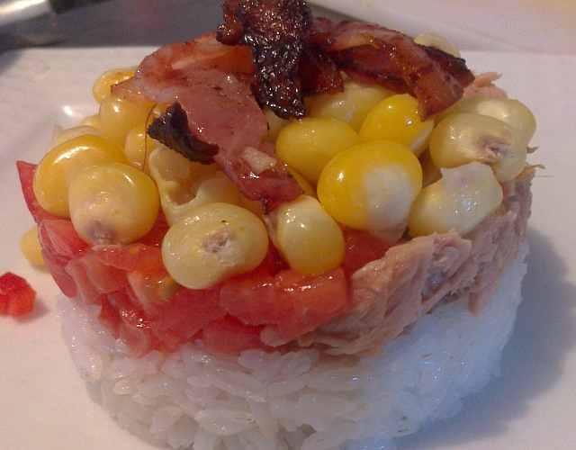 Ensalada de arroz con atún y tocineta