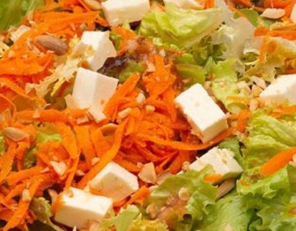 Ensalada de lechuga con zanahoria y que