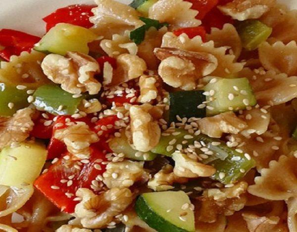 Ensalada de pasta integral con verduras