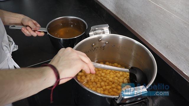Garbanzos con salsa de almendras