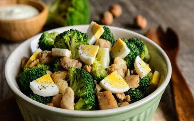 Ensalada de brócoli con atún y huevo duro