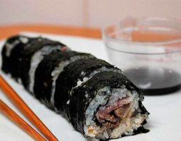 Sushi de carne y bacon