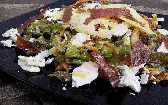Ensalada de lechuga con queso de cabra y jamón