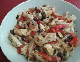 Fajitas de pollo con chile tomate y cebolla