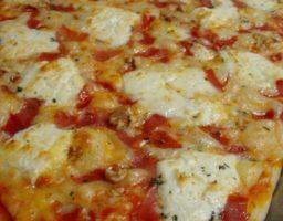 Pizza de bacon y queso de cabra